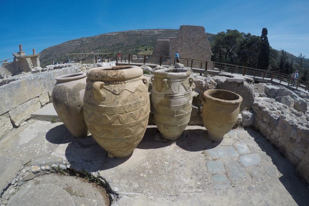 Ogromne dzbany na zamku Knossos