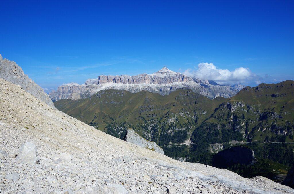 Widok na masyw Sella i szczyt Piz Boe z podejścia na ferratę - Grań Zachodnią Marmolady