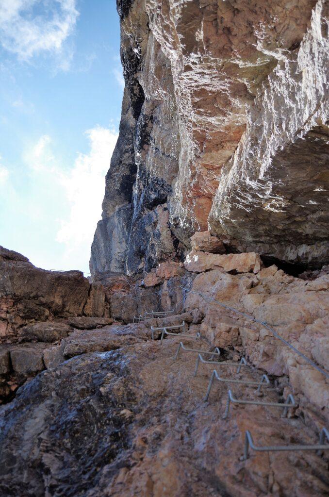 Początek ferraty na przełęcz Forcella Marmolada- dodatkowe stopnie