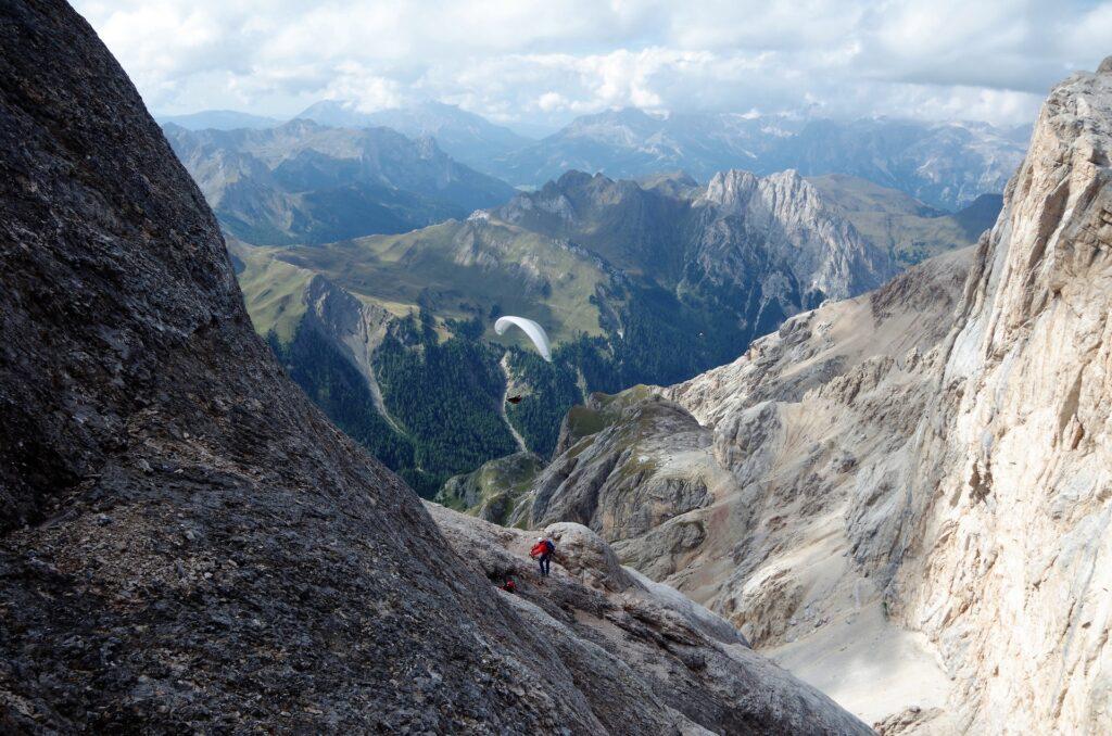 Paralotniarz widziany z ferraty Westgrat Kletterstein na Marmoladę