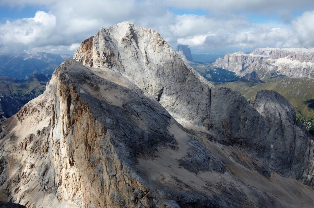 Cudowny widok n aGran Vernel z ferraty Westgrat Klettersteig na Marmoladę.