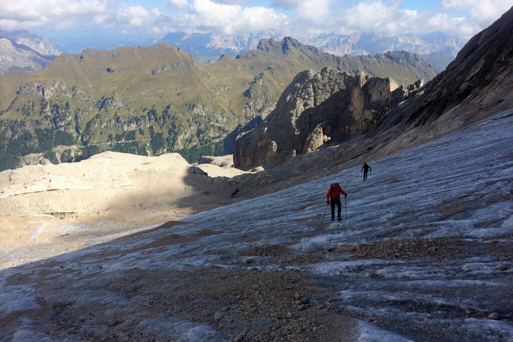 Podejście do ferraty na Marmoladę przez lodowczyk w kotle Vernel