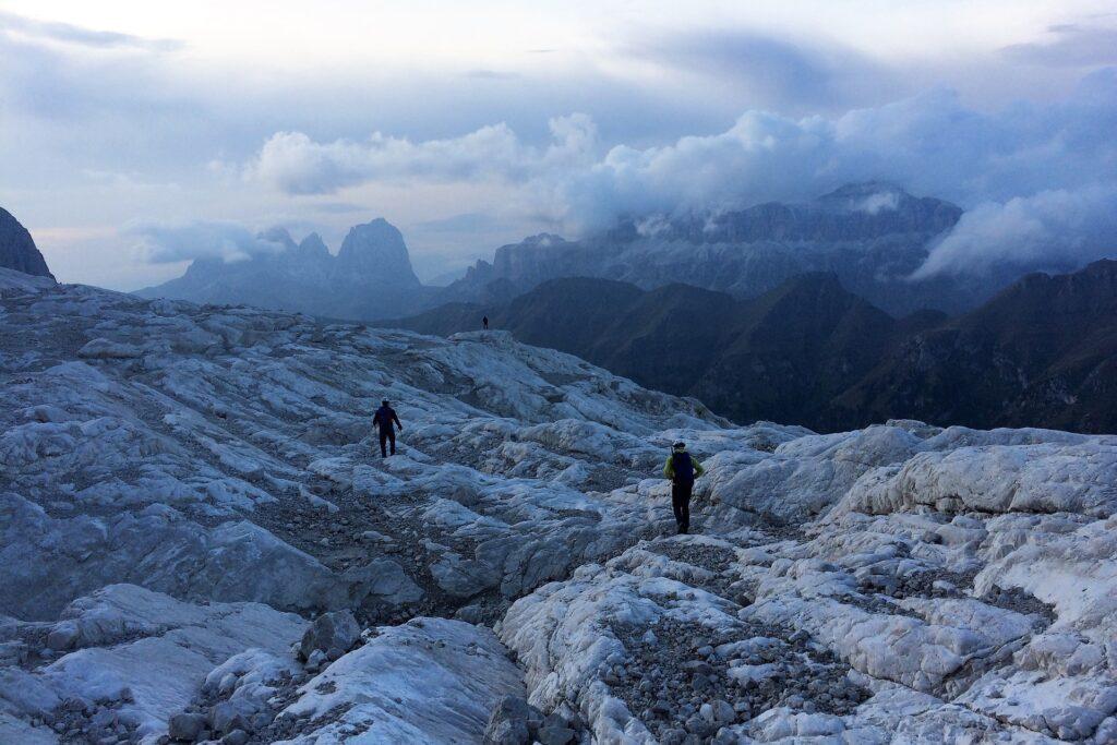Zejście z lodowca do schroniska Pian dei Fiacconi
