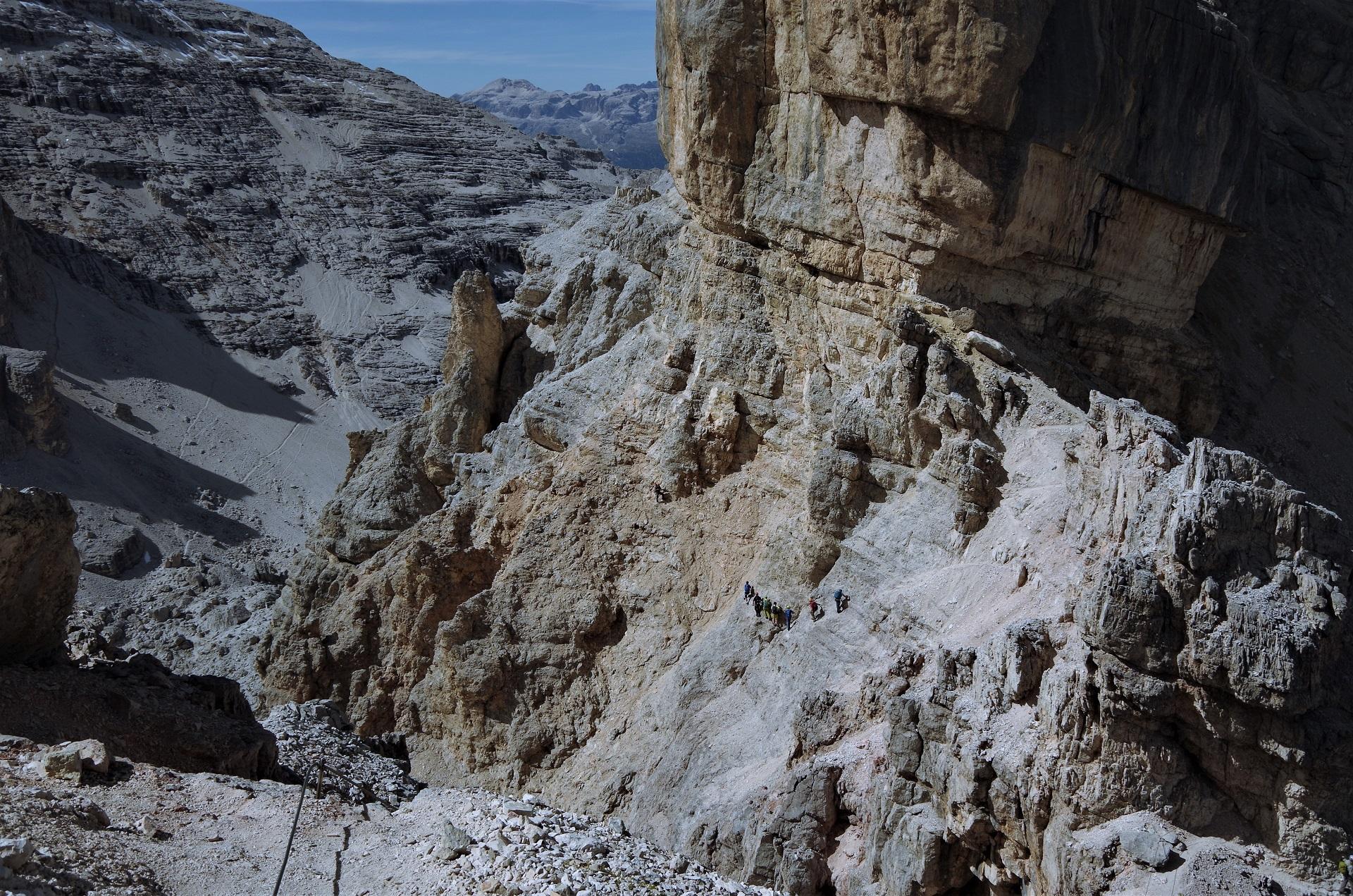 Zaraz za Bus di Tofanan trzeba przejść pomiędzy skałami - tutaj większa grupa pokonuje odcinek