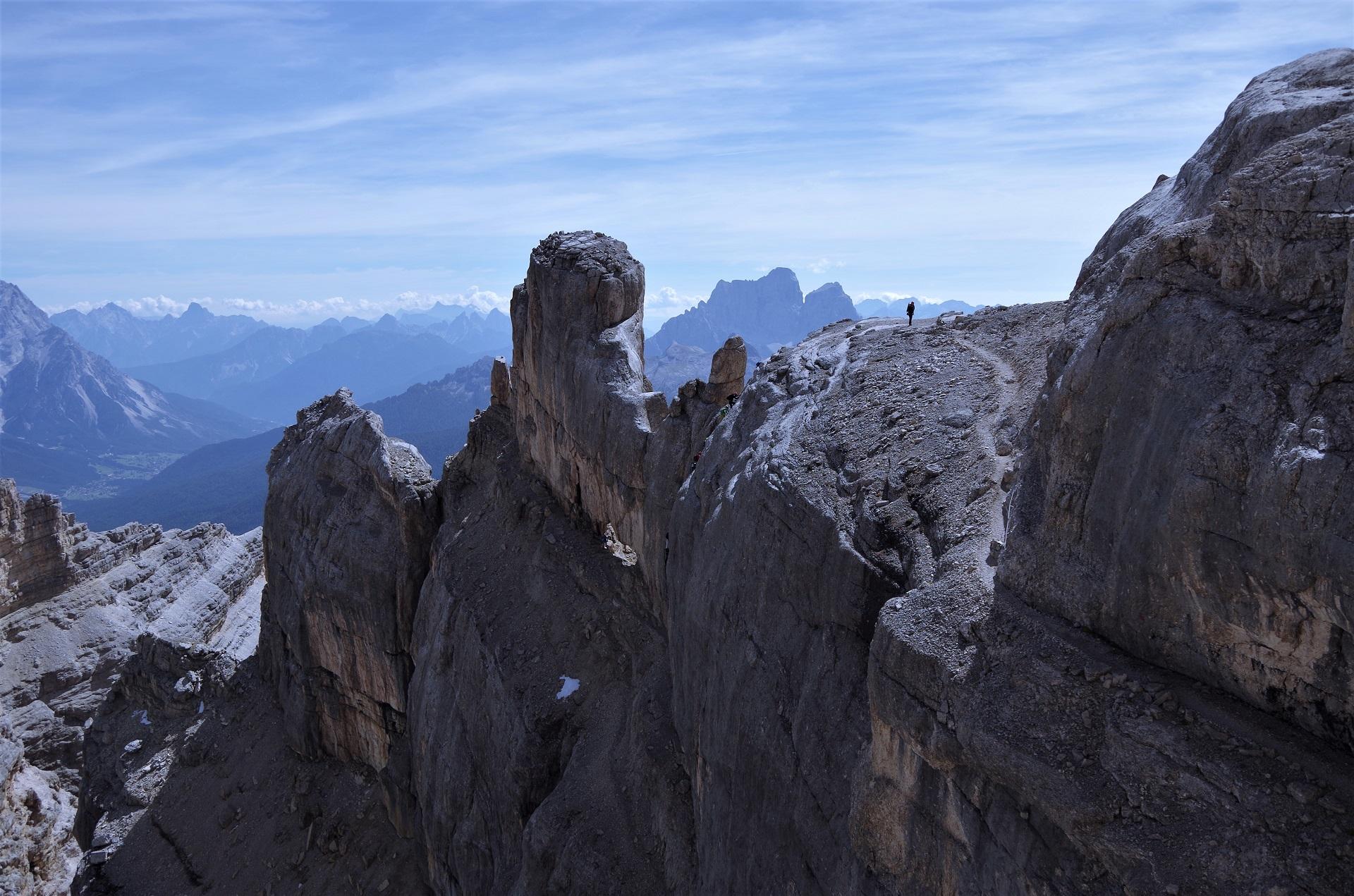 Widok na nieubezpieczoną cześć ferraty Gianni Aglio - widać ścieżki oraz ludzi na drabince