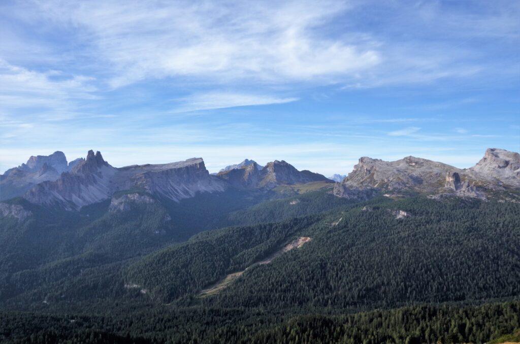Widok na pobliskie szczyty zw schroniska Pomedes