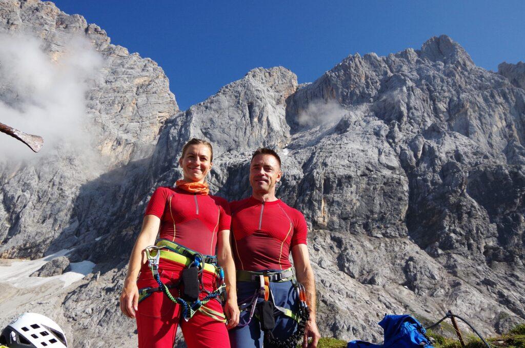 My na tle południowej ściany Dachstein (po lewej) oraz ferraty Jonann Klettersteig