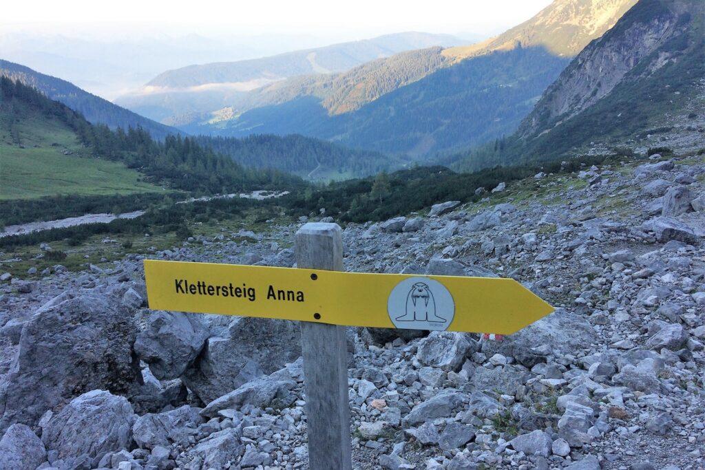 Znaki na podejściu pod ferratę Anna Klettersteig, Dachstein