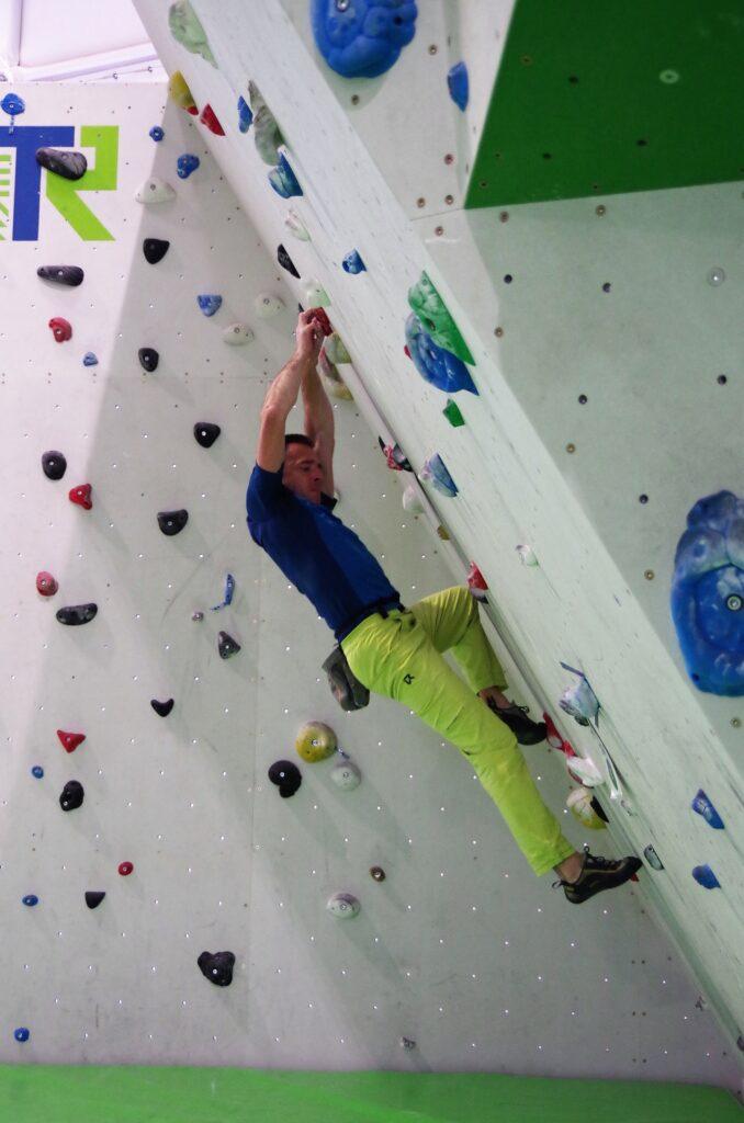 Żeby poprawić, jakość swojego wspinania, musisz stopniowo zmniejszać i stopnie i chwyty, po których się wspinasz