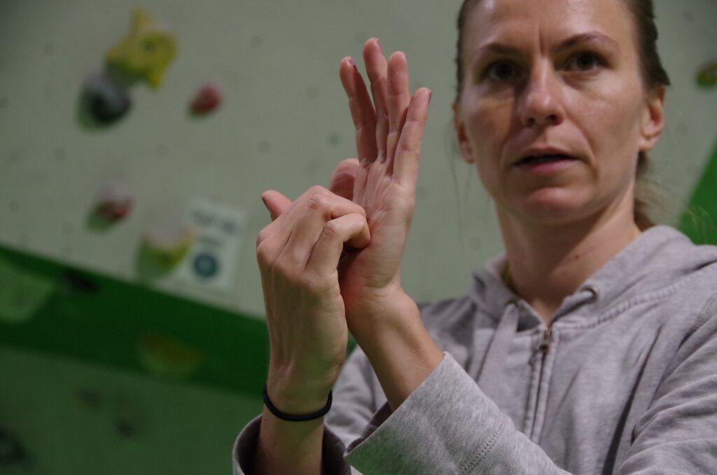 Przed treningiem wspinaczkowym należy rozgrzać palce dłoni