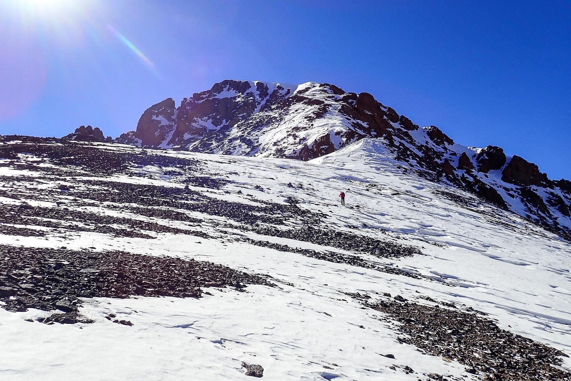 Szeroka, północna przełęcz i widok na grań Toubkala, którą będziemy zdobywać szczyt