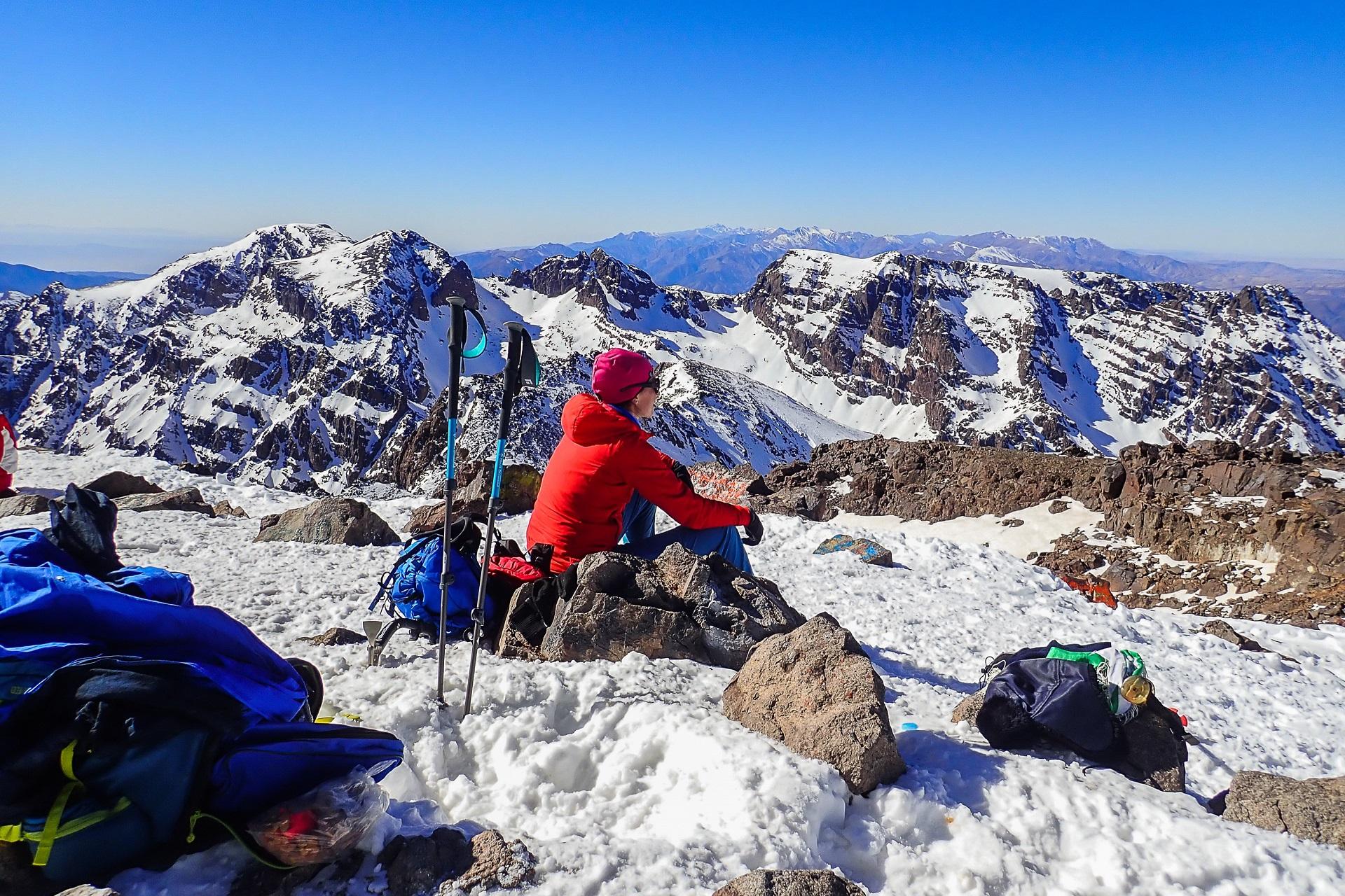 Chwila refleksji na szczycie Jebel Toubkal