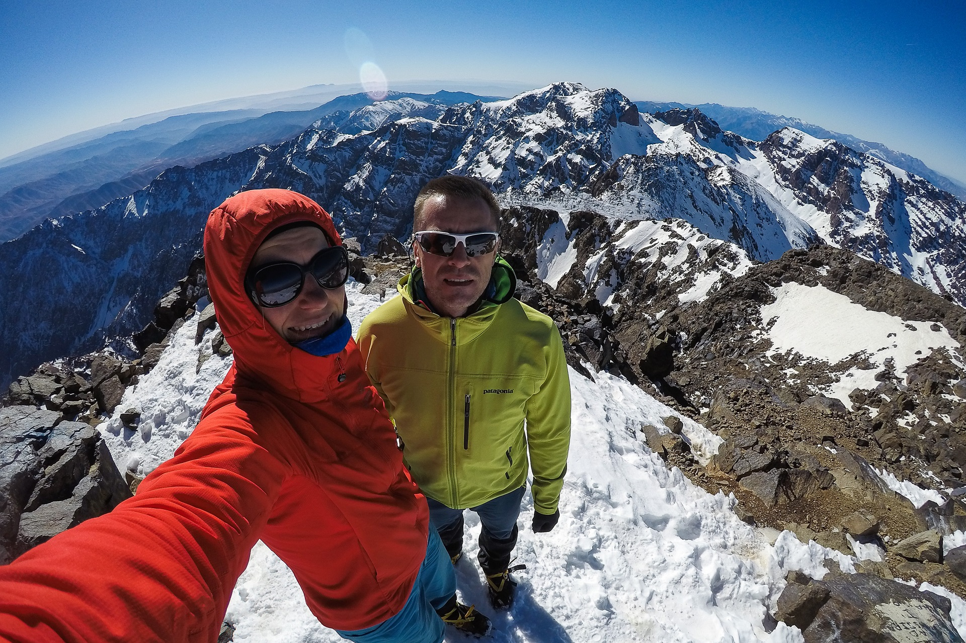 My na szczycie Jebel Toubkla i góry Atlas w tle