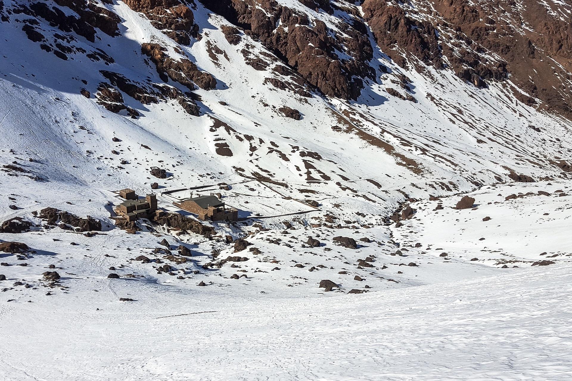 Widok na budynki schronisk pod Toubkalem