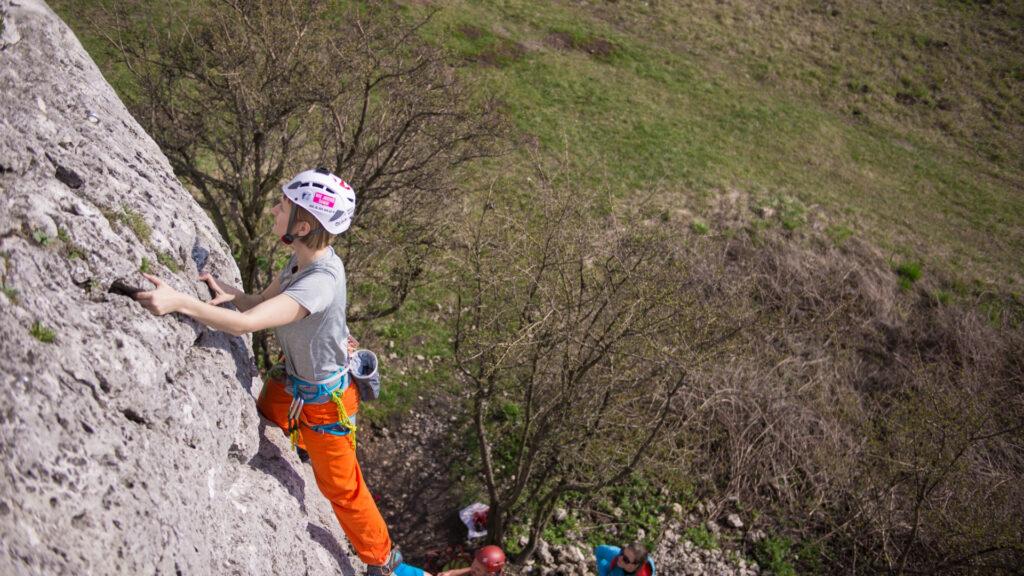 Renata prowadzi drogę wspinaczkową w Słonecznych Skałach