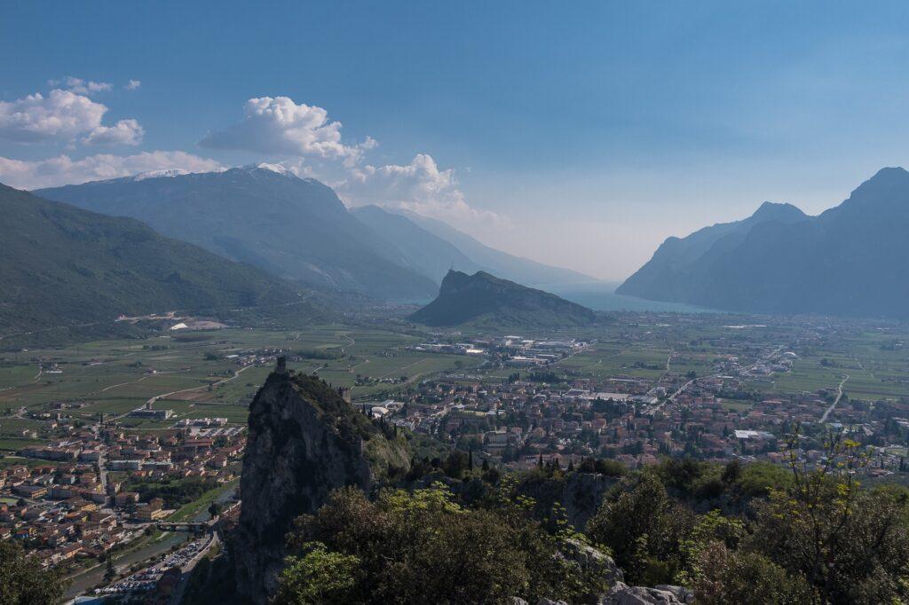 Ze szczytu Cimy Colodri widać krajobraz jeziora Garda, zamek W Arco i pobliskie miejscowości