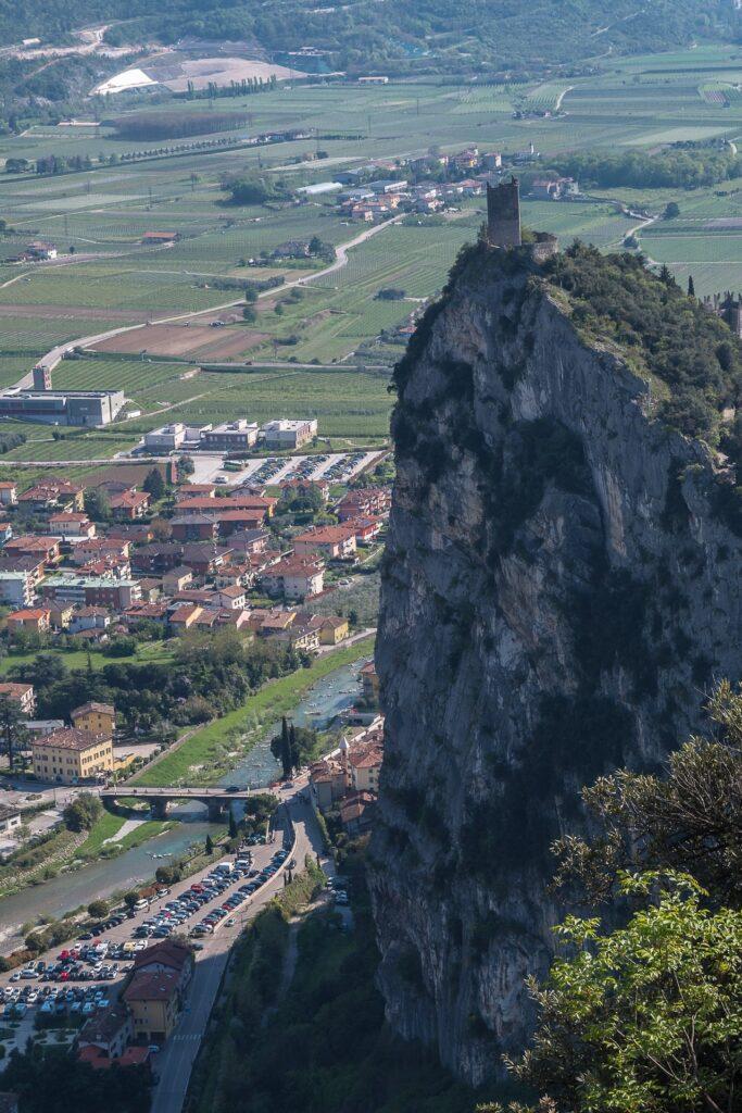 Zamek w Arco jest wzniesiony na imponującej ścianie