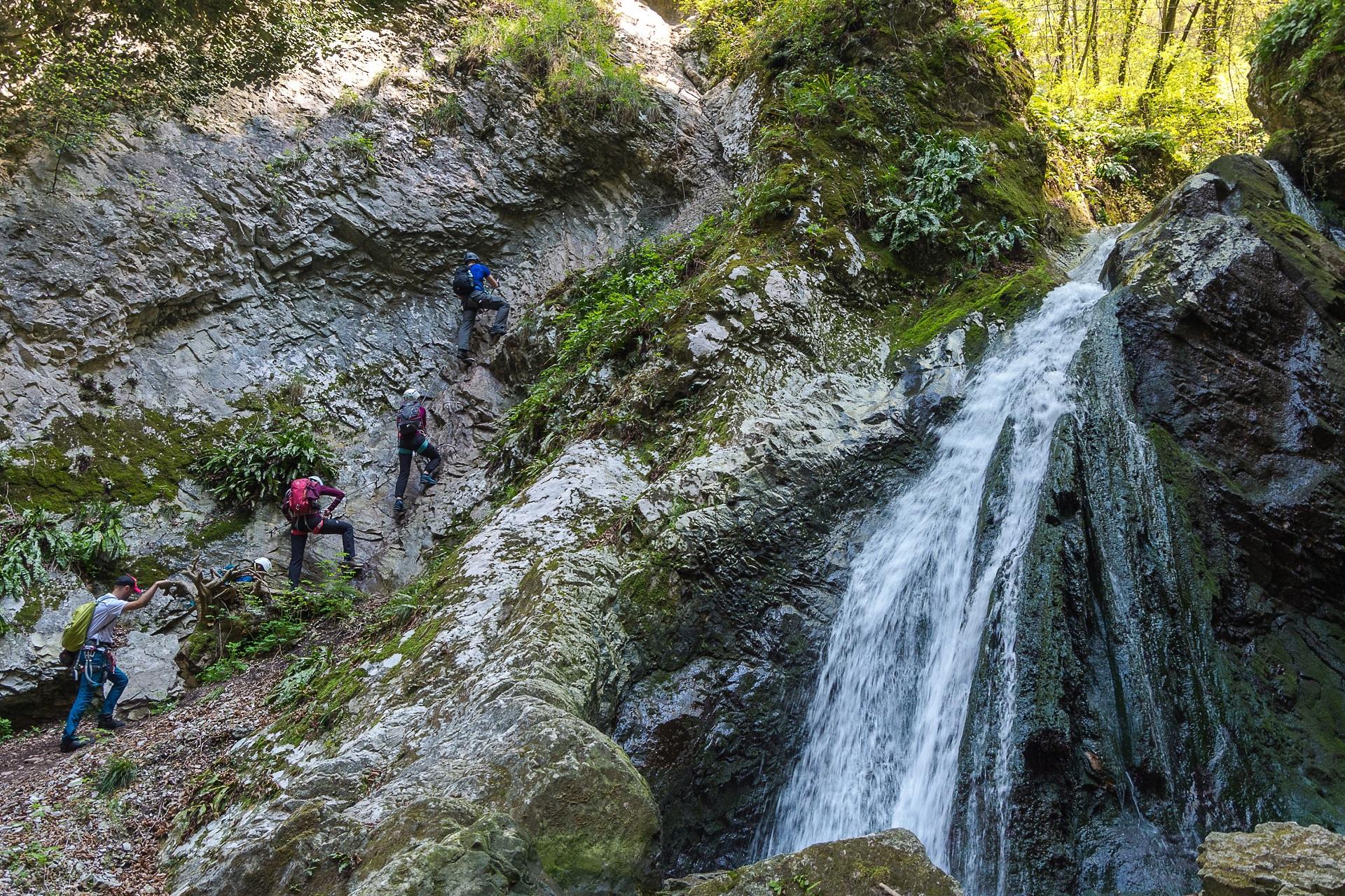 Wodospad i podejście do mostku linowego na ferracie Rio Salagoni (A/B)