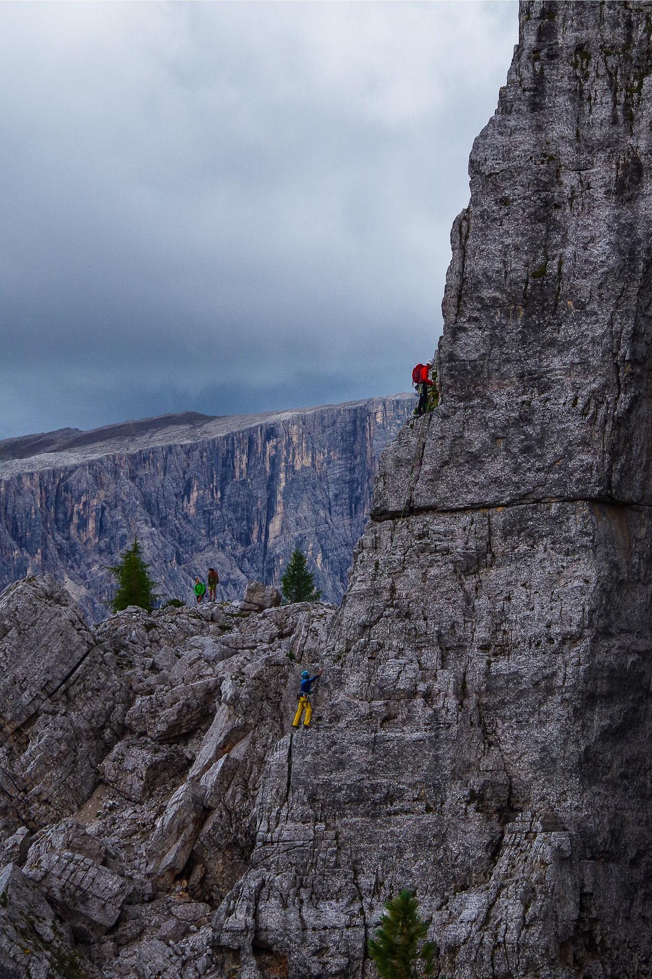 Wspinaczka w Dolomitach, po górskich drogach różni się od wspinaczki skałkowej.