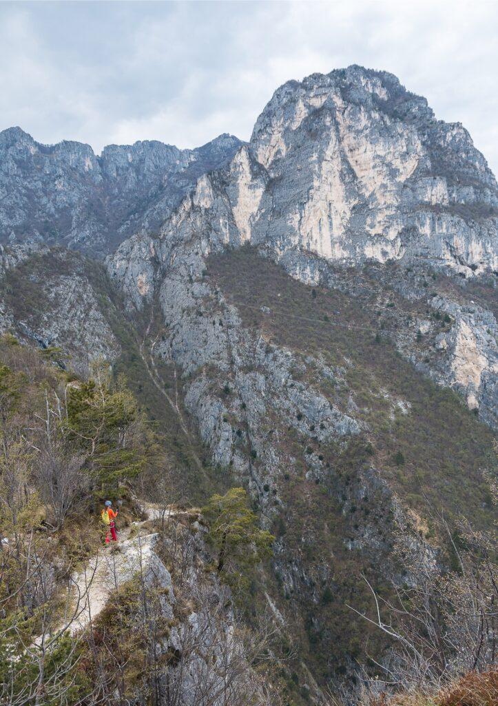 Zejście z Cimy Capi to początkowo łatwy szlak -ścieżka