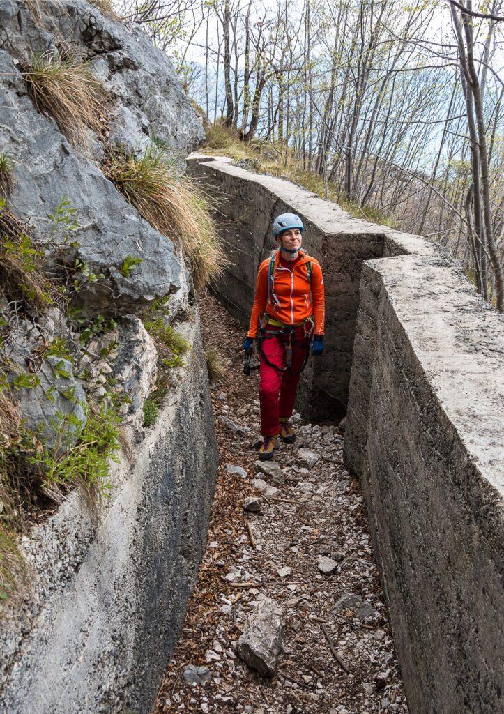 Część drogi zejściowej z ferraty Susatti wiedzie starymi okopami