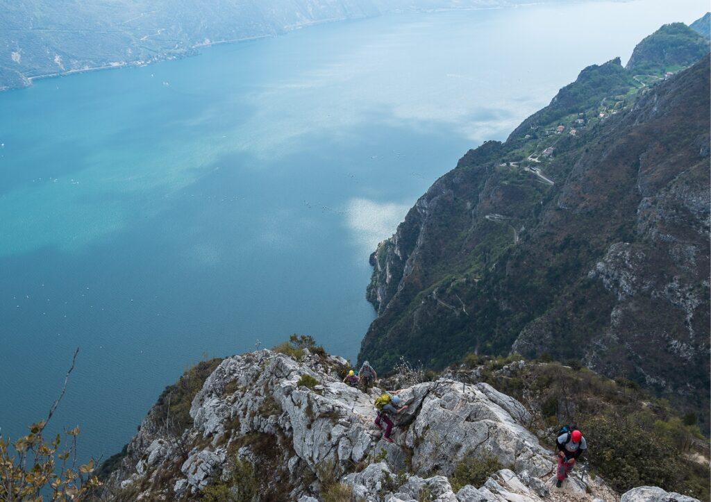 Z ferraty Susatti widać jezioro Garda, serpentyny i pobliskie góry