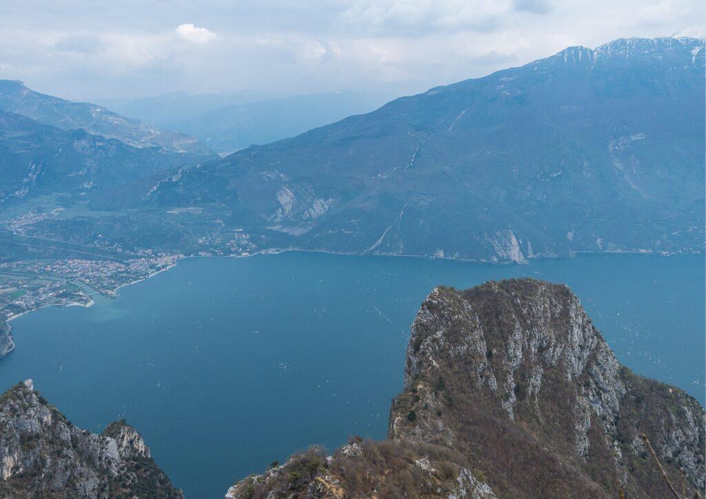 Widok na Cimę Capi i jezioro Garda ze szczytu Cima Rocca