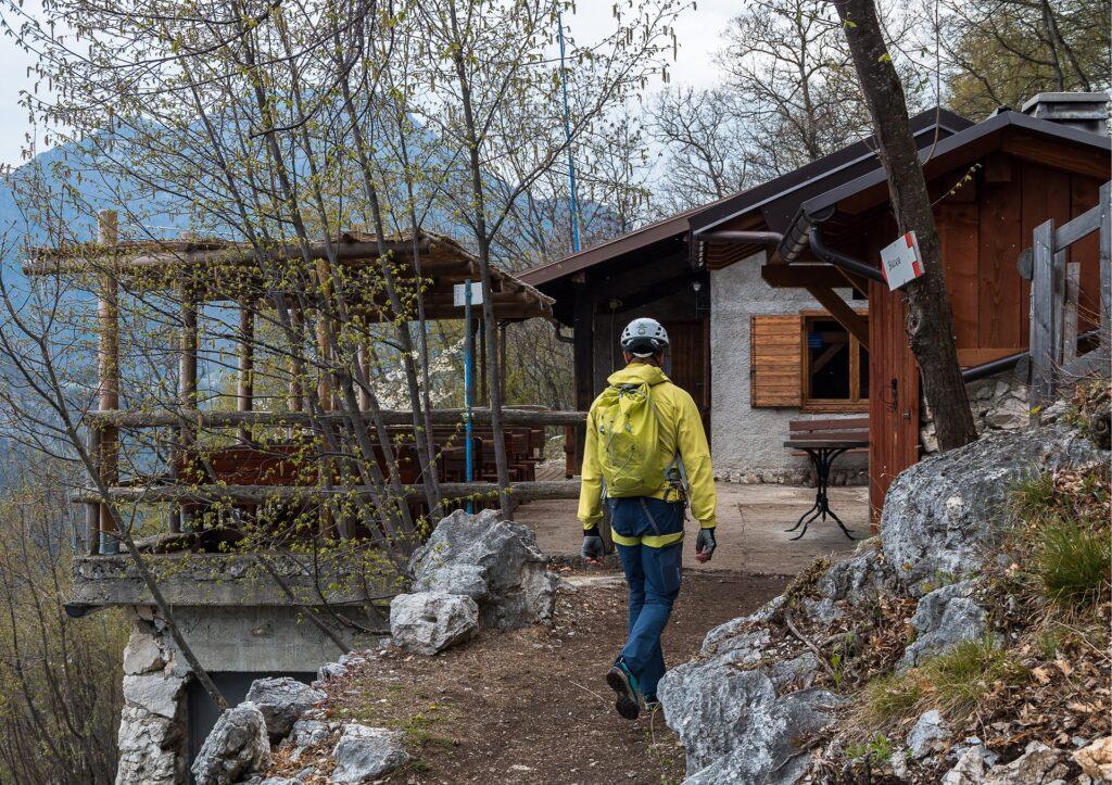 Bivacco Arcione to charakterystyczne miejsce na szlaku