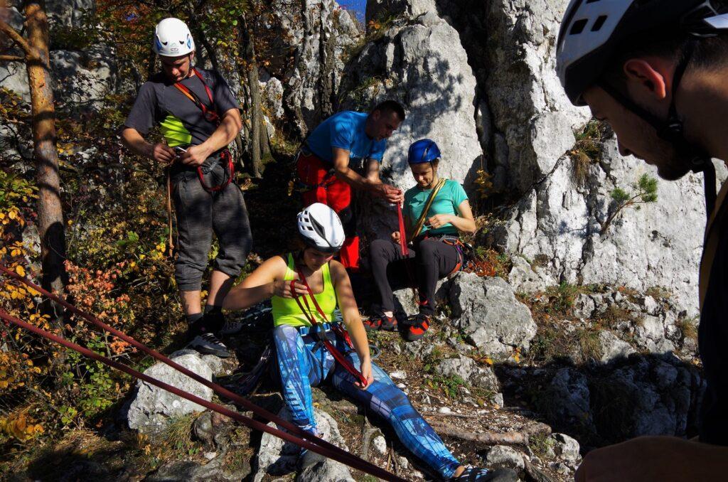 Spinacze amatorzy na kursie skałkowym - nauka robienia lonży do zjazdu