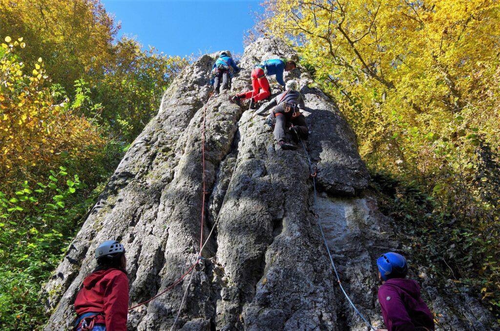Spinacze na kursie skałkowym - nauka własnej asekuracji