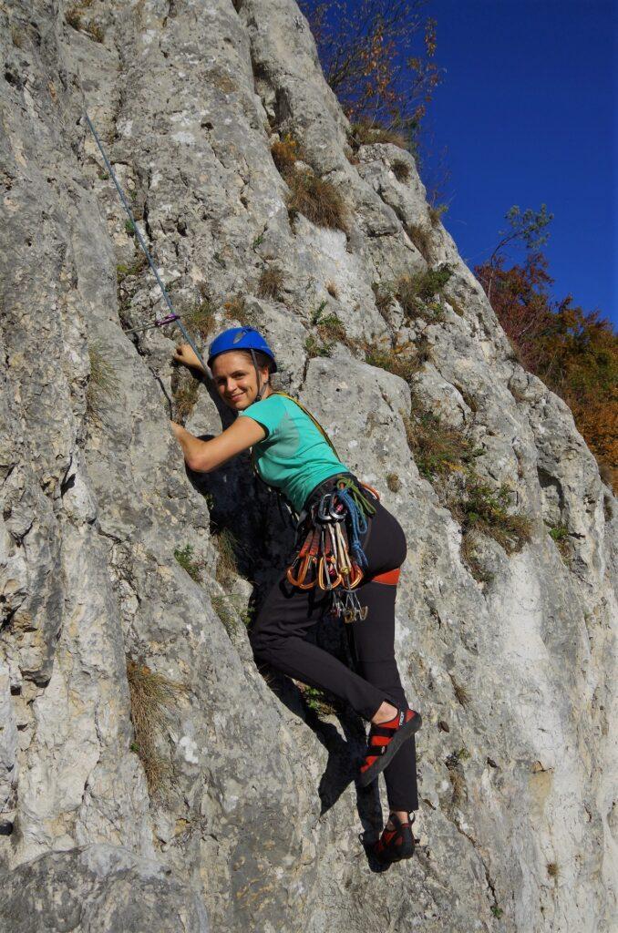 Ania na kursie wspinaczki wspina się na własnej asekuracji