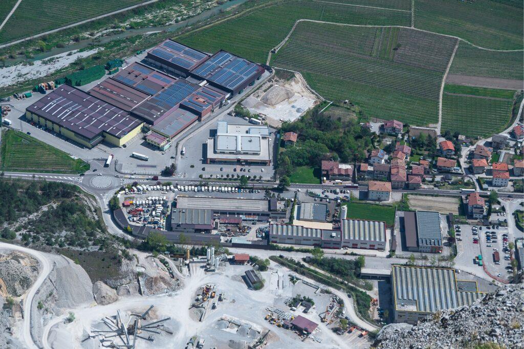 Widok z ferraty Che Guevara na zakłady produkcyjne i miasto Pietramurata