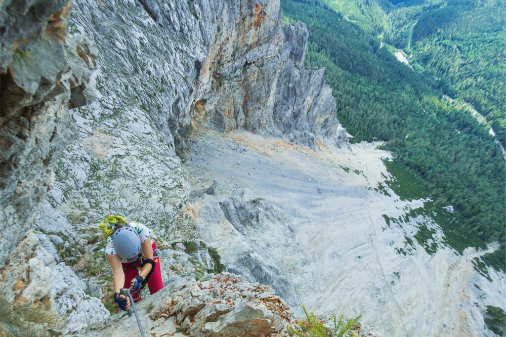 Kluczowe miejsce na ferracie Konigschusswandsteig - przewinięcie w lewo i dość siłowe wyjście