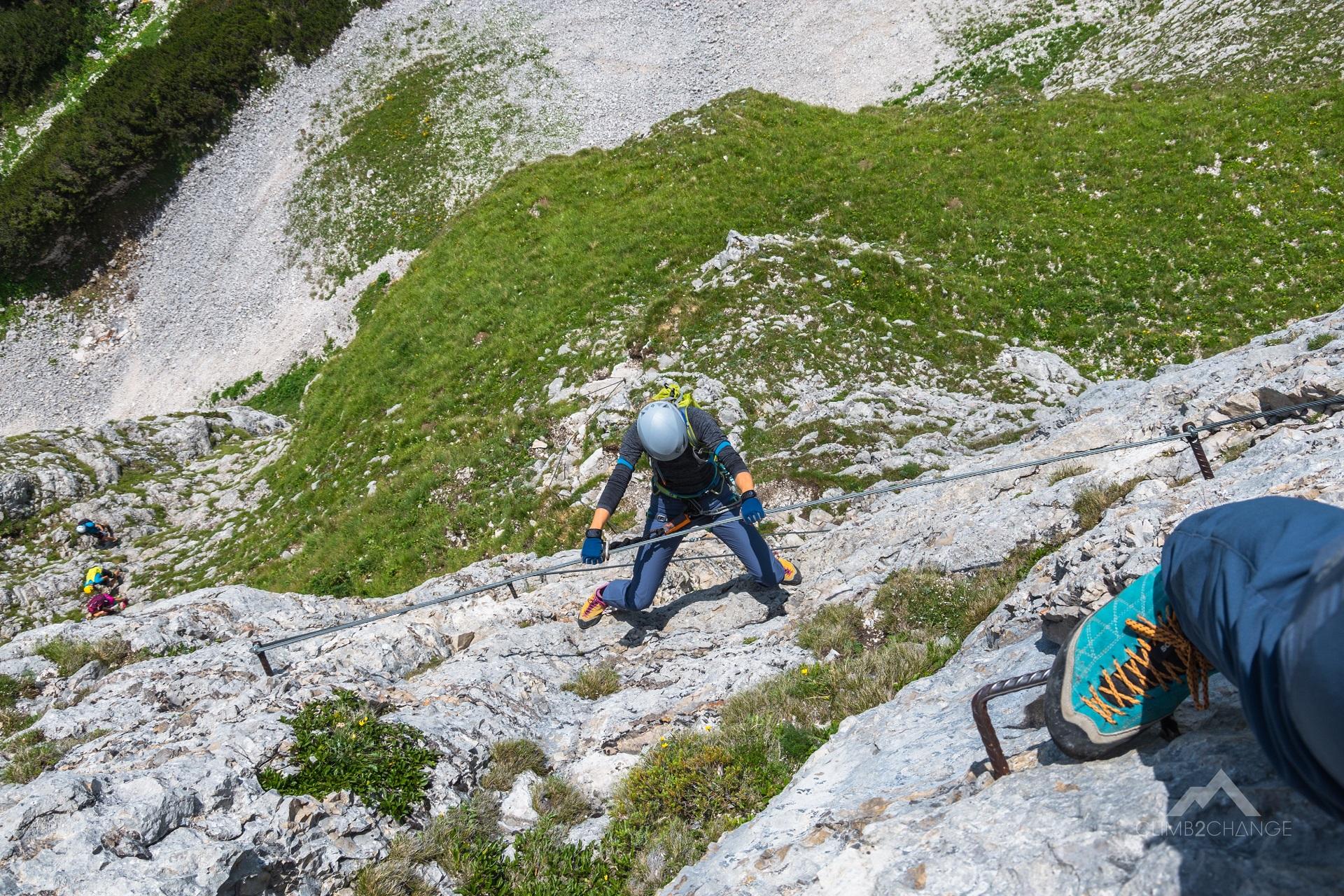Jeden z trawersów na ferracei Panorama Klettersteig, odcinek za C/D