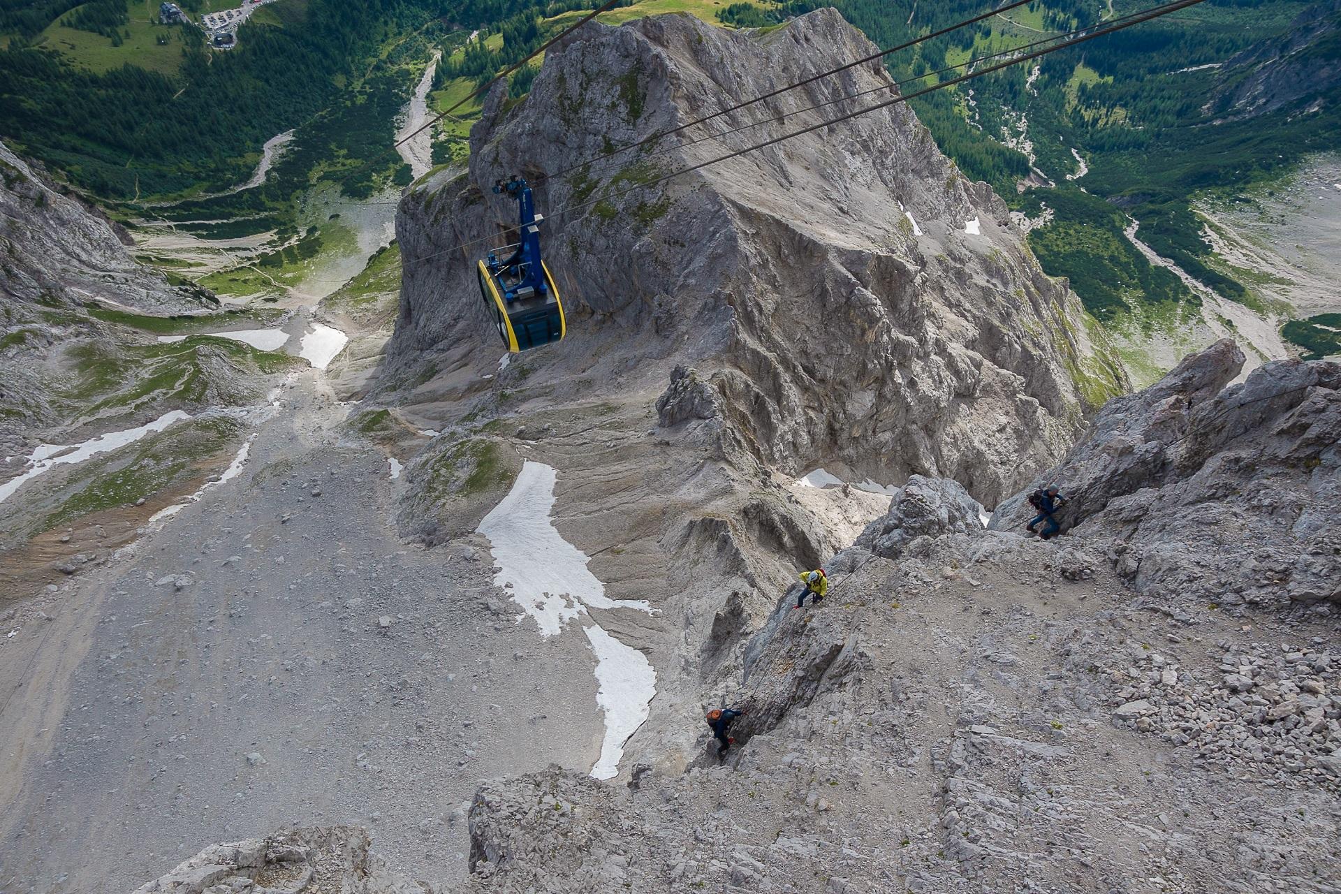 Osoby wjeżdżające gondolą na Dachstein mogą obserwować wspinaczy na ferracie Sky Walk