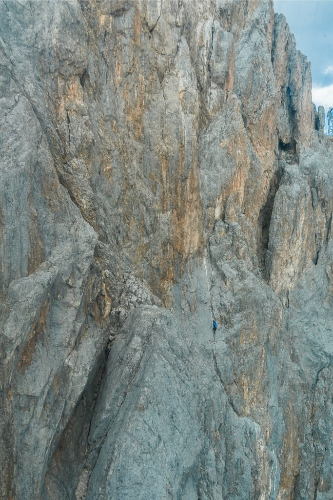 Wspinacz w rysie na Sky Walk Klettersteig - widok z gondoli, z dali