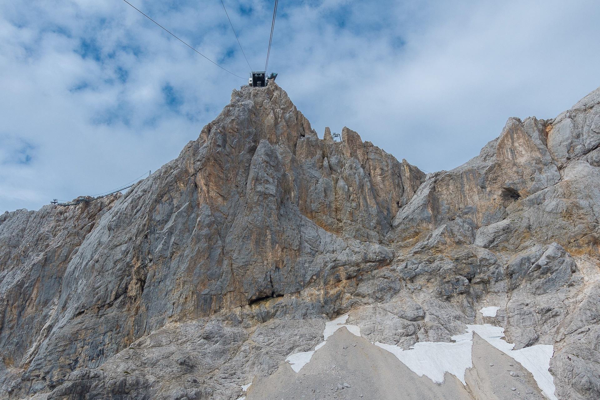 Widok na ścianę pod kolejką na Dachstein - to w tej ścianie jest ukryta Sky Walk Klettersteig