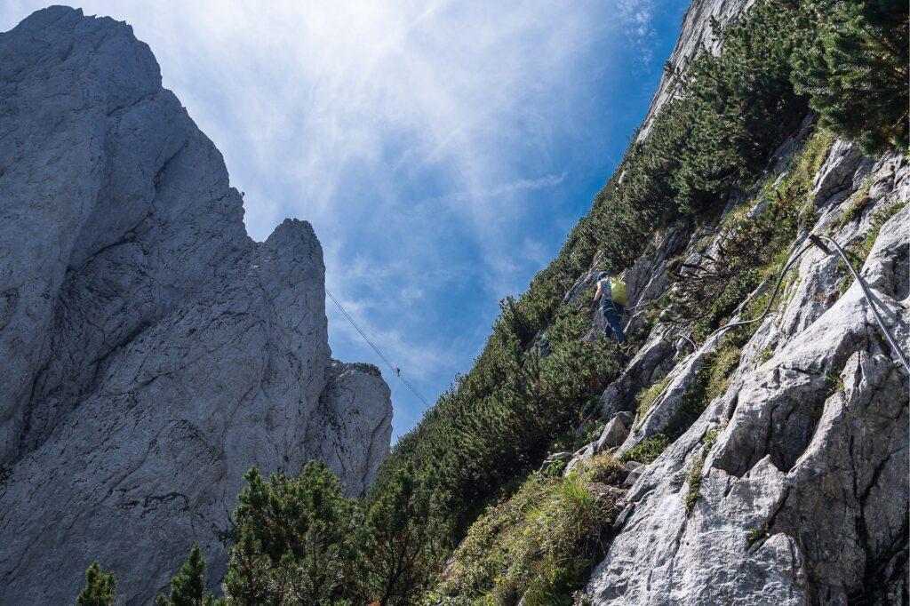 40 metrowa drabina na Intersport Klettersteig widziana z trawersu Kleiner Donnerkogel