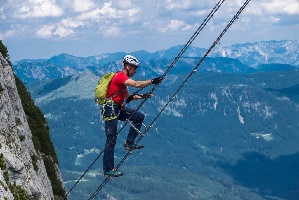 Darek na 40 metrowej drabinie rozwieszonej nad przełęczą - Intersport Klettersteig