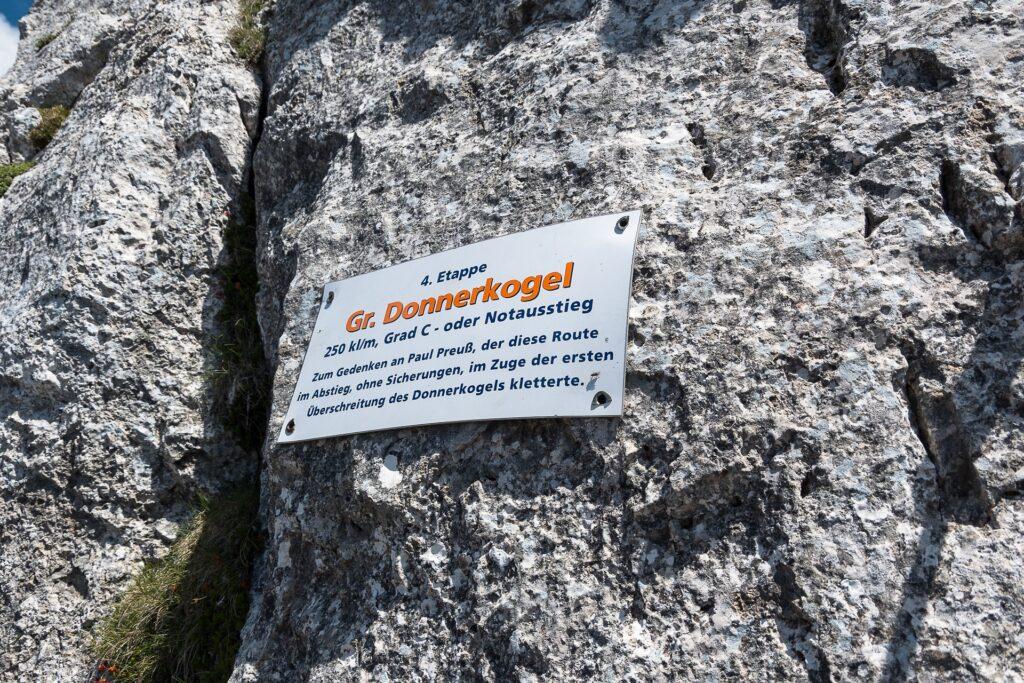 Tablica upamiętniająca Paula Preussa i jego pierwsze przejście Grani Grosses Donnerkogel
